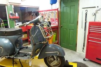 鎌倉 バイク 整備 修理 カスタム オートバイ ベスパ トモス モンキー ジャイロ カブ など の整備 修理 カスタム 改造 を行う モトビレッジ 工場内風景 2